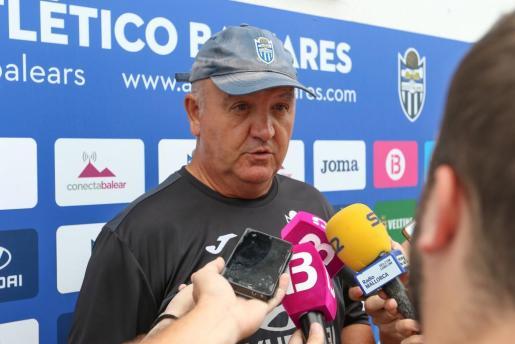El técnico del Atlético Baleares, Manix Mandiola, atiende a los medios de comunicación en Son Malferit.