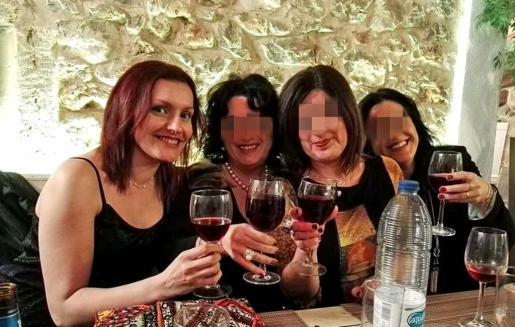 Sacramento, a la izquierda, en una imagen reciente con unas amigas. 'Sacri', como la llamaban sus amigas, había roto con Rafael hacía una semana.