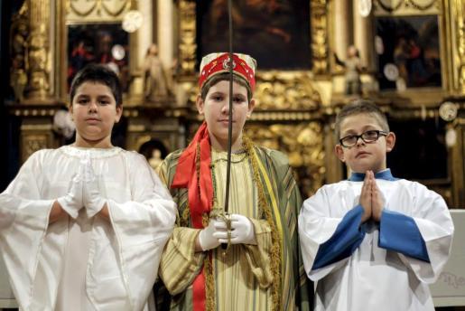 Los personajes principales de la misa de Maitines en Mallorca, en el centro la Sibil·la, junto con el Ángel y el monaguillo que pronunciará el Sermó de la Calenda.