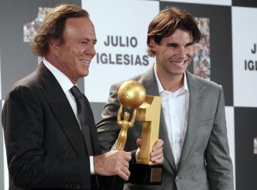 El cantante Julio Iglesias (I) recibe de manos de Rafael Nadal el premio al artista que más discos ha vendido en España (26 millones) y el premio al artista latino que más discos ha vendido en la historia: más de 300 millones en el mundo.