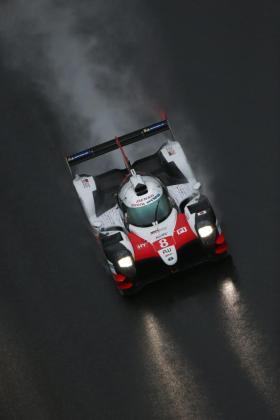 El piloto español Fernando Alonso (Toyota) rueda en el circuito de Shanghai.