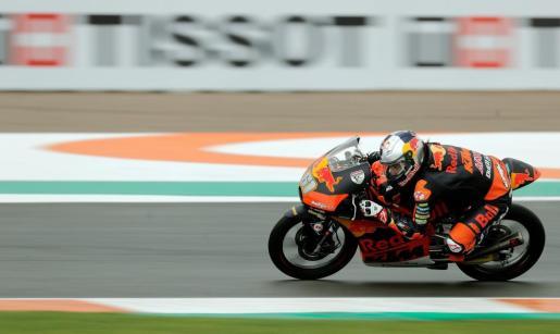 El piloto turco de Moto 3, Can Oncu, liderando la carrera la carrera de Moto 3 en el circuito Ricardo Tormo de Cheste.