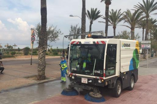 Trabajadores de Emaya, limpiando las calles de la ciudad.