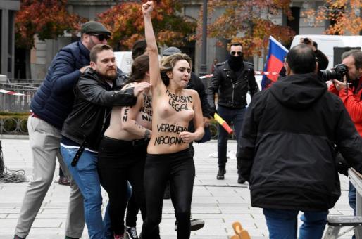 """Tres activistas de Femen han irrumpido en un acto convocado en la plaza de Oriente de Madrid por la Asociación por la Derogación de la Memoria Histórica con motivo del 20N, aniversario de la muerte de Franco, para denunciar que es una """"vergüenza"""" que ese tipo de actos sean legales."""