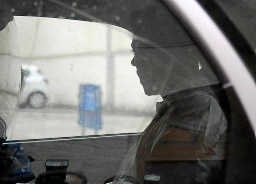 Rafael Pantoja, en el interior del coche policial.