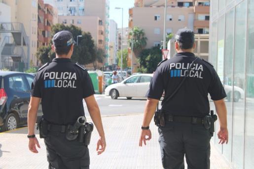 Imagen de archivo de dos agentes de la Policía Local de Eivissa.