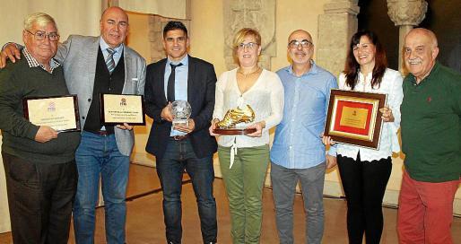 Sebastián Bordoy, Labi Champion, Xisco Muñoz, Antonia Lluch con la Bota de Oro de su hija Cata Coll; Fernando Coll, Joana Cifre y Jaume Lluch.