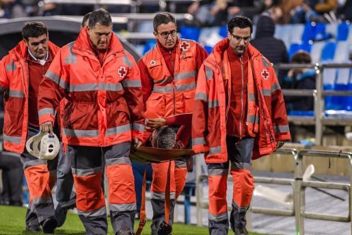 Momento en el que el centrocampista del Real Mallorca Salva Sevilla era retirado en camilla del césped de La Romareda.