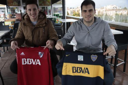 El portero del Palma Futsal Nico Sarmiento posa con los colores de River Plate y el pívot del conjunto mallorquín Mati Rosa con la camiseta de Boca Juniors en Son Moix.