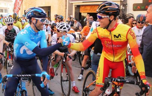 El ciclista de Movistar Alejandro Valverde y el pistard menorquín Albert Torres se saludan en los momentos previos del inicio de una etapa de la Challenge de 2018.