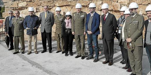 Autoridades de las principales administraciones de las Islas –entre las que destacó el alcalde de Palma, Antoni Noguera– y del Ministerio de Defensa visitaron ayer las obras.