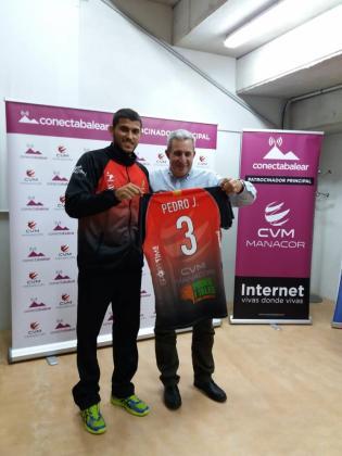 El nuevo colocador del ConectaBalear Manacor Pedro Jukoski y el presidente del club, Andreu Mesquida, durante la presentación.