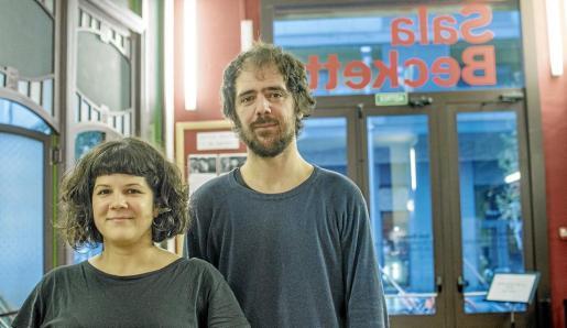 Esther López y Joan Yago posaron hace unos días en el vestíbulo de la Sala Beckett, en Barcelona.