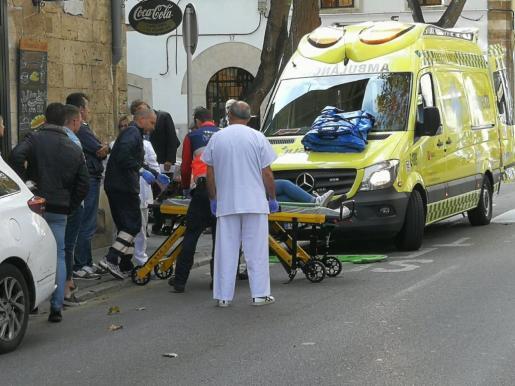 La joven está siendo trasladada a un centro hospitalario.