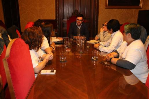 Imagen de la reunión entre el alcalde de Palma, Antoni Noguera, y las representantes de la asociación Kellys Unión de Baleares.