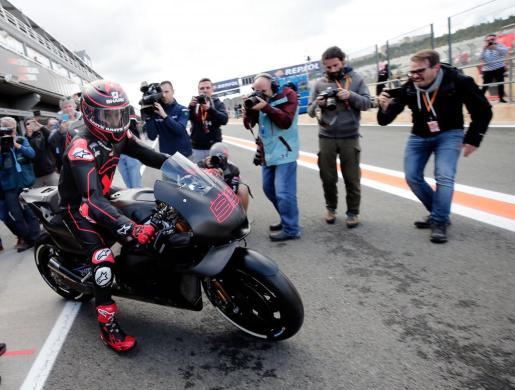 El piloto de Repsol Honda, Jorge Lorenzo, saliendo a la pista del circuito Ricardo Tormo de Cheste (Valencia) donde prueba su nueva moto.