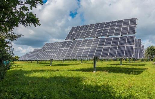 En un territorio «frágil y limitado» como el de Baleares, es «absolutamente necesario» tener una buena planificación territorial y la descentralización y democratización de la inversión eléctrica, según la cámara autonómica.