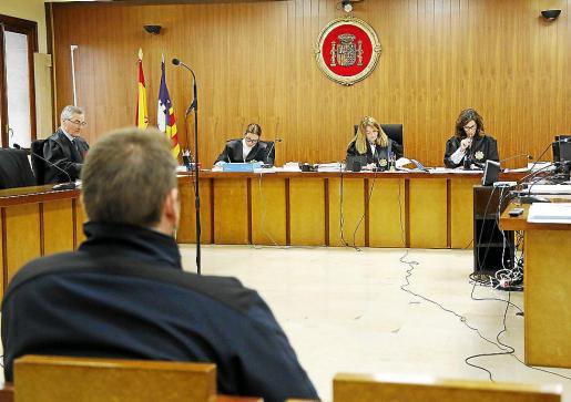 El acusado, antes de iniciarse el juicio en la sección primera de la Audiencia.