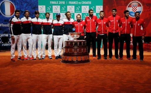 Imagen de los integrantes de las selecciones de Francia y Croacia que disputan la fina de la Copa Davis este fin de semana en Lille.