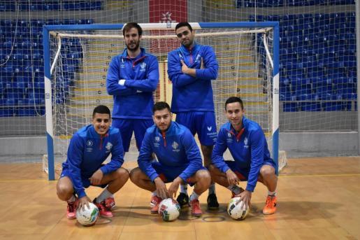 Los jugadores del Palma Futsal Carlos Barrón, Tomaz -de pie-, Hamza, Bruno Taffy y Joao -agachados- posan sobre el parquet de Son Moix.