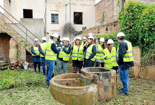 Un momento de la visita institucional al inicio de las obras del Centre Catany, en Llucmajor.