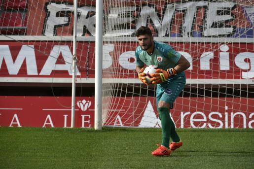 El portero mallorquín del Numancia, Juan Carlos Sánchez, en acción, durante un partido