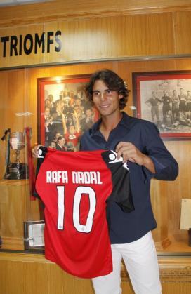 Rafa Nadal, posando con la camiseta del Mallorca.
