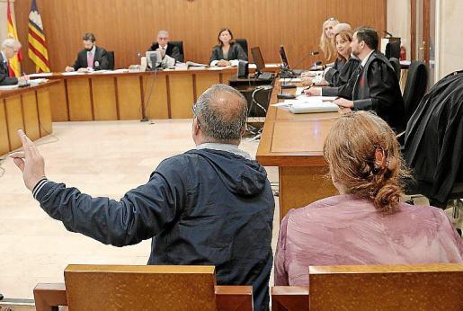 El principal acusado gesticula delante del tribunal.