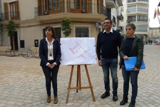 La alcaldesa, Catalina Riera; la regidora de Urbanisme, Isabel Febrer; y el regidor de Policia, Miquel Perelló, han presentado la nueva zona ACIRE