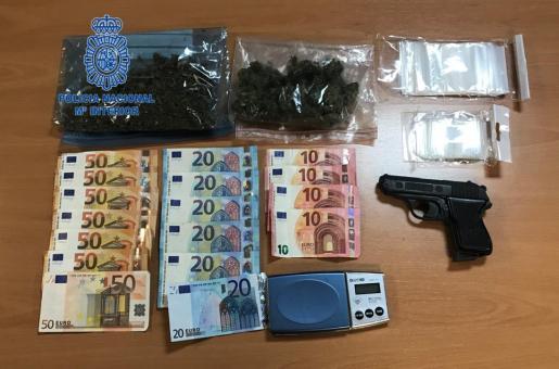Material incautado al detenido: dinero, marihuana y una pistola simulada, entre otros enseres.