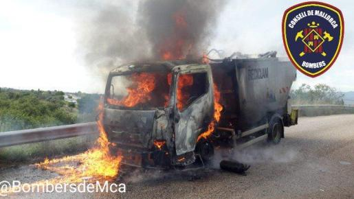 Aparatoso incendio de un camión en Binissalem.