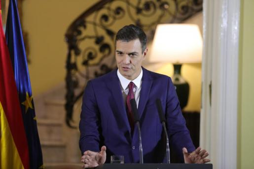 El presidente del Gobierno de España, Pedro Sánchez, habla ante los medios de comunicación en la Residencia del Embajador en La Habana (Cuba).