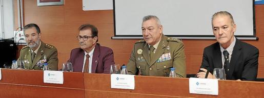 Jesús Lanza, Llorenç Huguet, Juan Cifuentes y Francisco López Simó, ayer durante la mesa redonda.      FOTO: BOTA