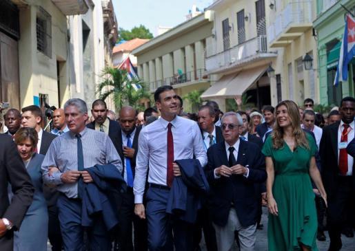 El presidente del Gobierno de España, Pedro Sánchez (c), y su esposa María Begoña Gómez (2-d), escuchan al historiador cubano, Eusebio Leal (3-d), acompañados por el presidente de Cuba, Miguel Díaz-Canel (2i), y su esposa, Lis Cuesta Peraza (i), mientras recorren las calles de La Habana (Cuba).