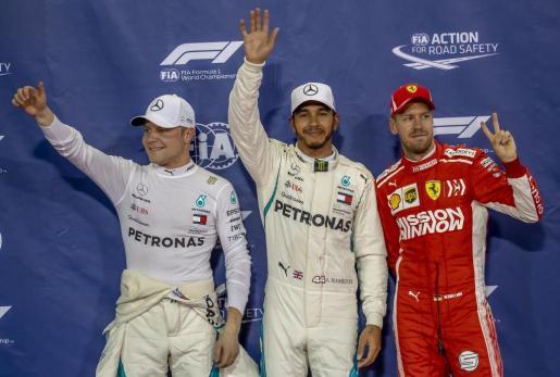 El piloto británico de Fórmula Uno Lewis Hamilton de Mercedes junto a Valtteri Bottas de Mercedes y Sebastian Vettel de Ferrari.