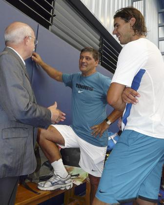 Llorenç Serra Ferrer conversa amigablemente con Toni y Rafael Nadal en el Centro de Tenis de Manacor.