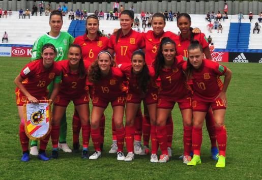 Imagen del once inicial de la selección española femenina Sub 17, con Cata Coll primera por la izquierda (de pie).