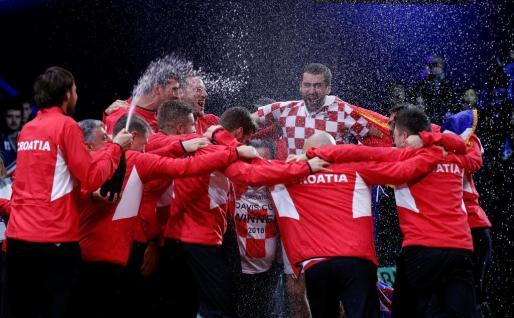 El equipo croata celebrando su victoria.