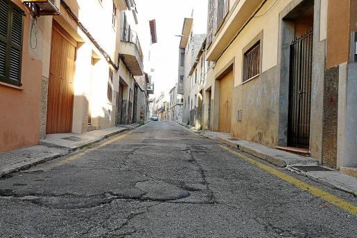 La calle Gerrers, en el barrio de s'Antigor, será objeto de remodelación con mejora del pavimento y del alumbrado. Con este programa se persigue recuperar los barrios degradados. Se trata de una zona con calles cuya creación se remonta al siglo XVII.