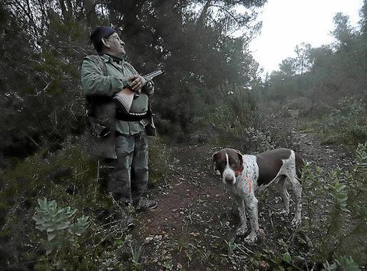 Tomeu Salom, junto a su perro 'Bobby', en un coto de la urbanización Puntiró.