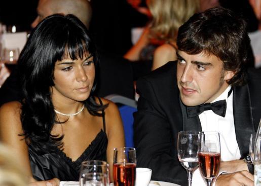 El piloto español Fernando Alonso junto con su mujer, Raquel del Rosario, en una imagen de archivo.