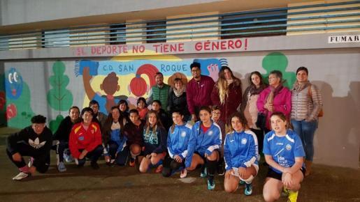 Las participantes en la elaboración del mural sobre la mujer y el deporte.