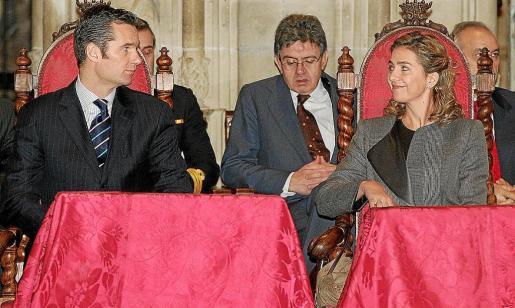 Carlos García Revenga, en el centro, junto a Iñaki Urdangarín y la infanta Cristina en la Seu en 2005