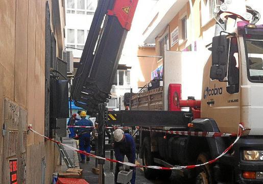 Operarios del servicio de mantenimiento de Endesa cambiando el transformador averíado.