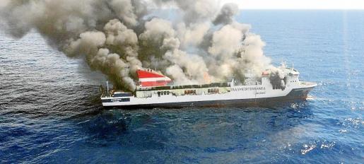 El 'Sorrento' ardió a pocas millas de sa Dragonera y tuvo que ser remolcado a Sagunto y, desde ahí, terminó en Turquía para su desguace.