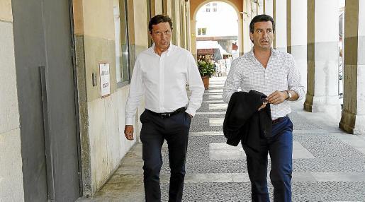 Mateo Isern, con Gabriel Company, de camino a la sede del PP, en una imagen de archivo.