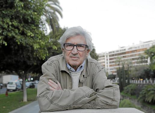 El artista Joan Ramon Bonet, ayer ante el edificio del Palau de la Premsa.
