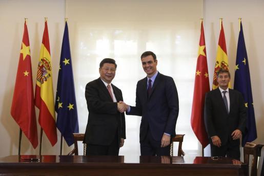 Momento del encuentro entre el presidente chino Xi Jinping y el presidente español Pedro Sánchez.