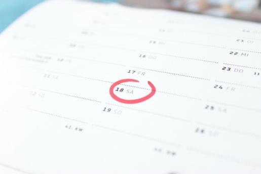 Imagen de una agenda en la que se señala un día.