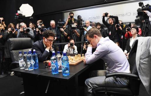 Fabiano Caruana y Magnus Carlsen, al inicio de la última jornada del Mundial.